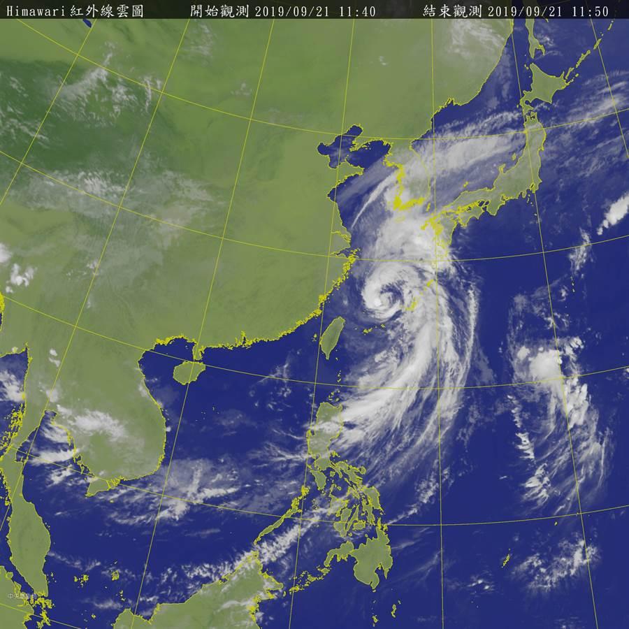 吳聖宇表示,整體降雨最大的時間應該已經過去,下半天隨著颱風繼續北上,台灣附近風向繼續轉為西北風,將乾燥空氣慢慢帶過來,降雨的現象進一步減緩。(圖摘自中央氣象局)