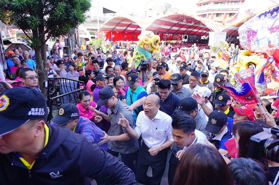 國民黨參選人韓國瑜到台中清水紫雲巖參加台灣寺廟金蘭會活動,受到支持者熱烈歡迎。(王文吉攝)