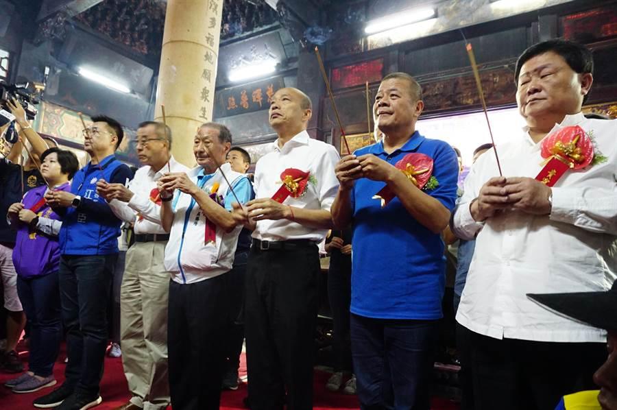 台中黑派龍頭顏清標(右起)、紅派掌門人張清堂率地方人士,陪同國民黨總統參選人韓國瑜(右三)參拜。(王文吉攝)