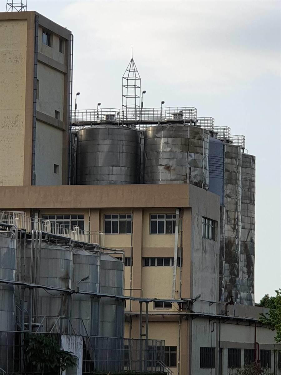 921強震後,南投酒廠損毀酒庫原址已成為停車場與草地,而隔著一條街對面的釀酒槽,至今仍有濃煙燻黑的痕跡。(王莫昀攝)