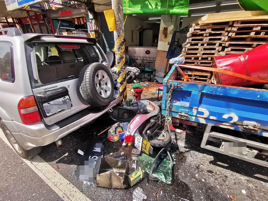 小貨車直直撞進豆漿店內,路旁停放的汽機車也慘遭波及。(吳建輝攝)