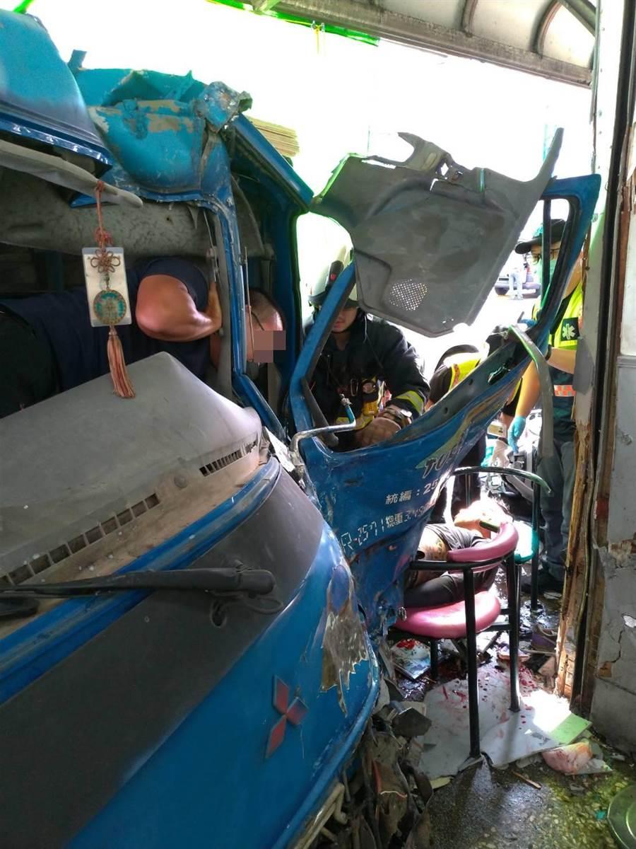 小貨車葉姓駕駛被卡在車內,消防人員到場搶救。(彰化縣消防局提供/謝瓊雲彰化傳真)