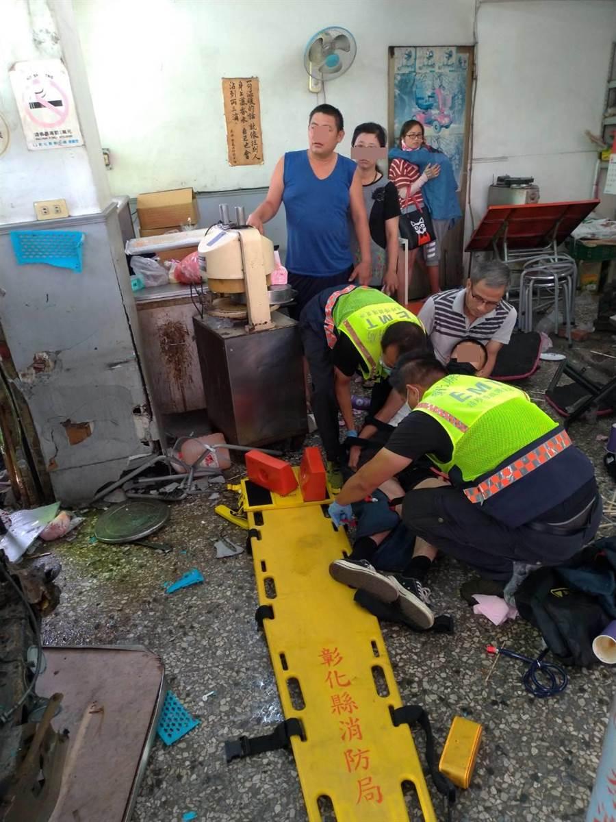 一名現役軍人從路邊被一路撞輾進豆漿店內,傷勢最為嚴重。(彰化縣消防局提供/謝瓊雲彰化傳真)