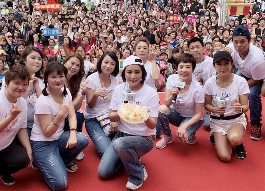 陳亞蘭(中)帶演員群到台中造勢。麗生百合提供