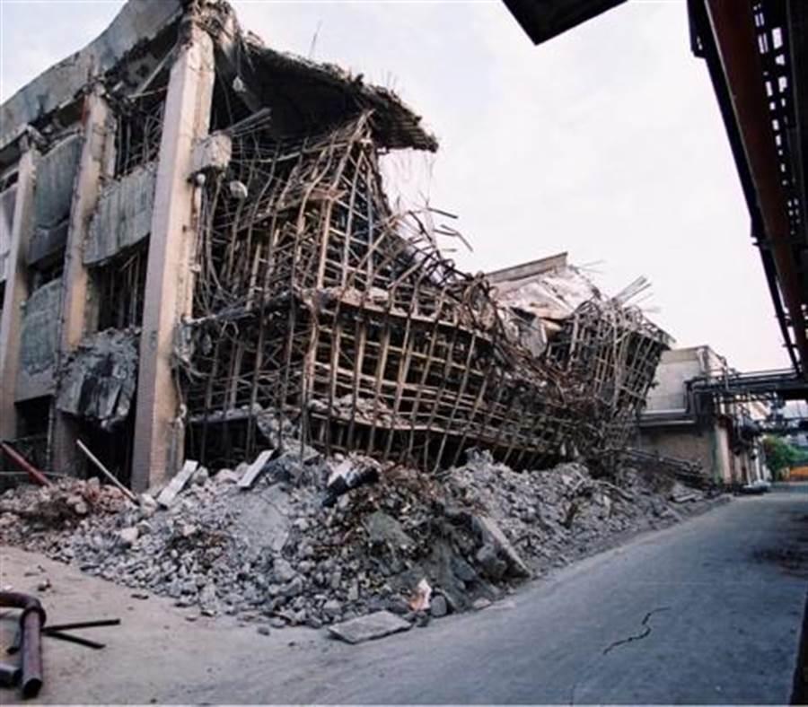 921大地震倒了南投酒廠5間酒庫,其中3間全毀,2間半毀,損失超過40億元。(台酒提供/王莫昀 台北傳真)