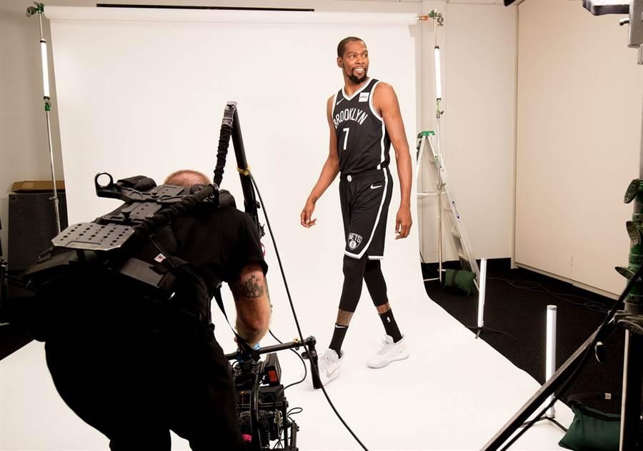 杜蘭特拍攝籃網新球季定裝照時的表情還很開心。(摘自籃網官推)
