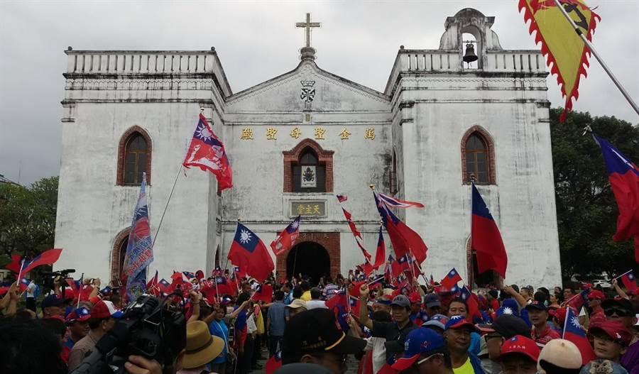 韓國瑜就職後首次到屏東,首站到有百年歷史的萬金聖母聖殿,現場湧入2500名韓粉,旗海飄揚,擠得水洩不通。(潘建志攝)