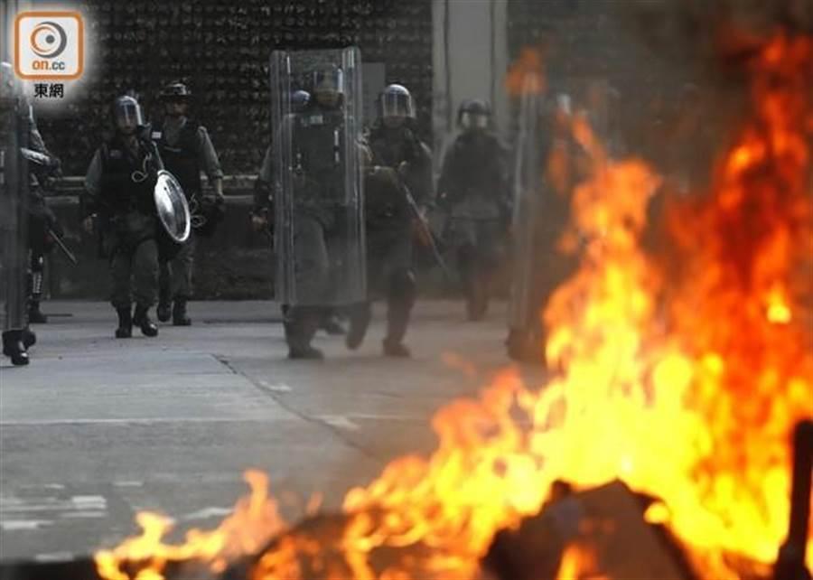 示威者在馬路上燃燒雜物,防暴警員到場驅散。(香港東網)