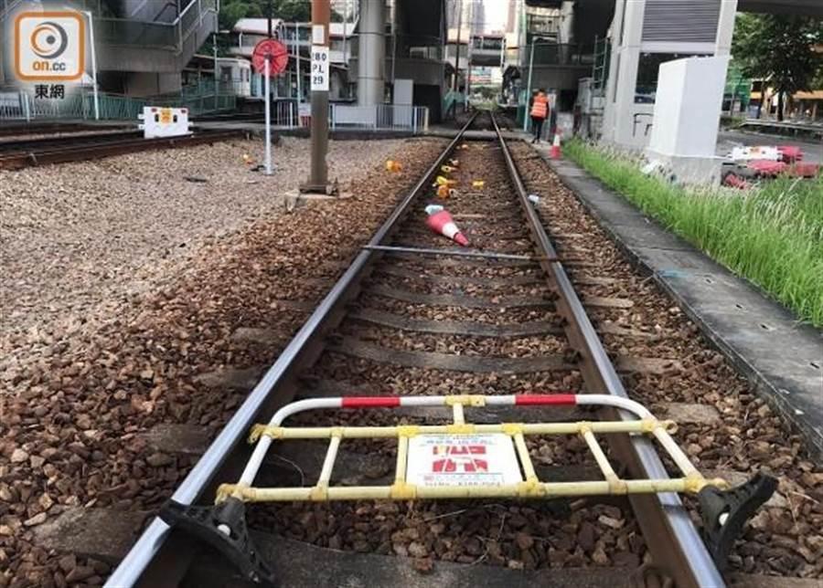 輕鐵路軌被抗議民眾堆放雜物。(香港東網)