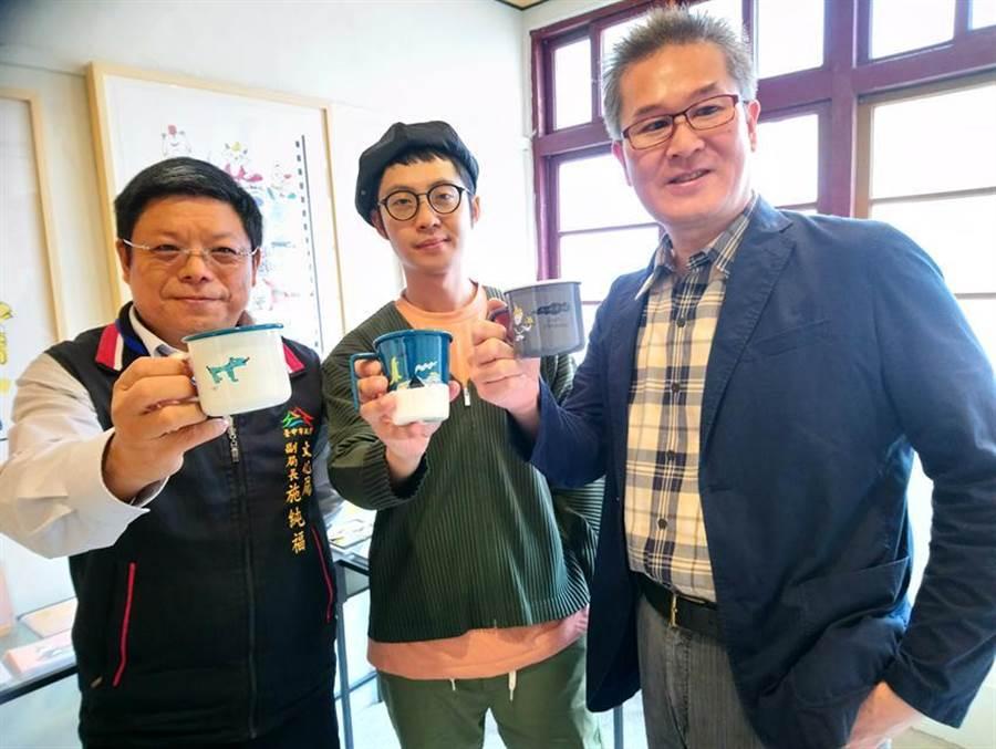 「創意台中」今日於審計新村熱鬧登場,台中市文化局副局長施純福(左)、主秘林敏棋(右)為參展插畫家阿焦加油打氣。圖/曾麗芳