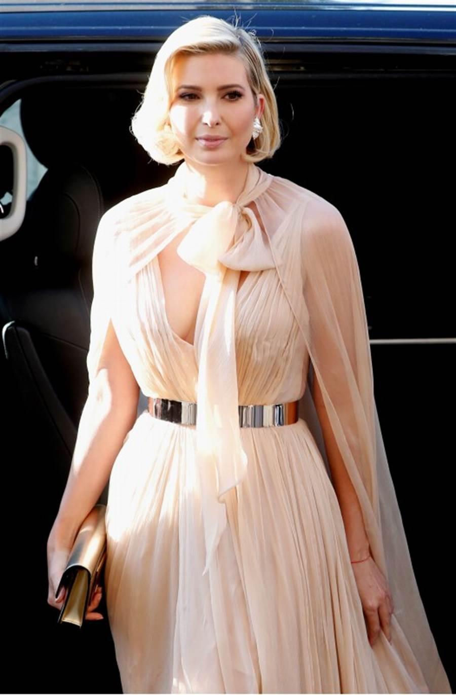 美國第一千金伊凡卡以一襲希臘式低胸晚禮服參加好友的婚禮,豔冠群芳。(路透)