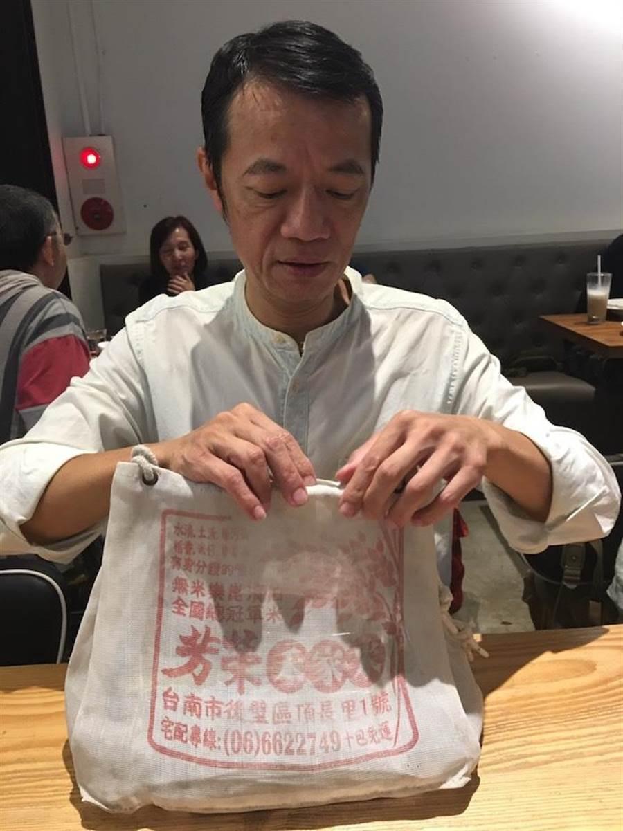 吳朋奉揹農用袋是招牌形象。洪秀瑛攝