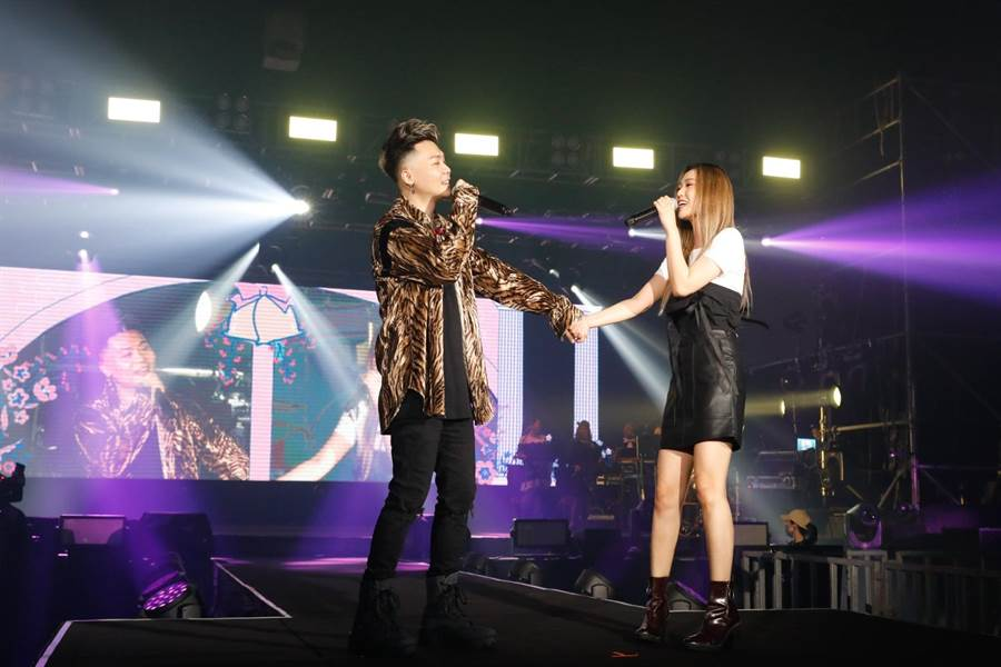 孫盛希今擔任蕭秉治「凡人MORTAL」演唱會嘉賓,兩人牽手甜蜜唱情歌。(相信音樂提供)