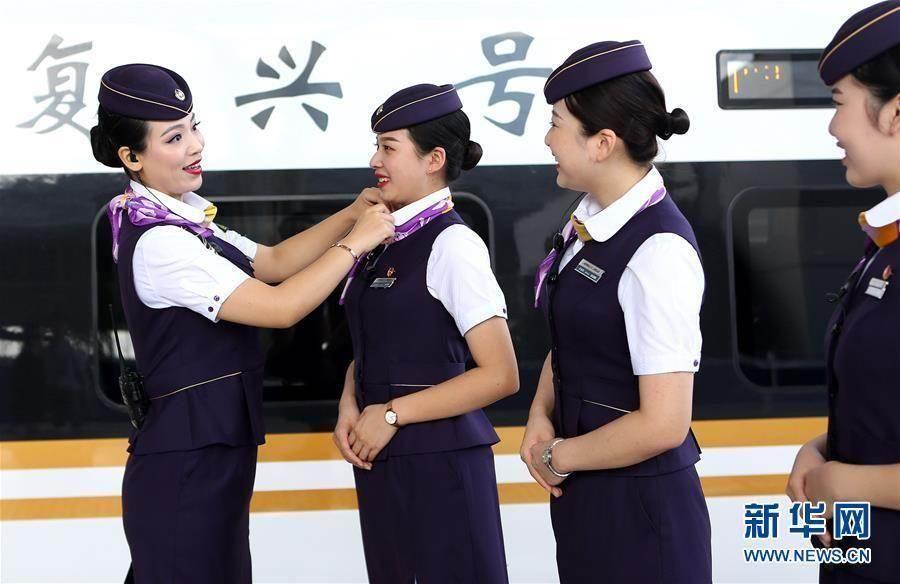 大陸高鐵服務員換新裝。(新華網)