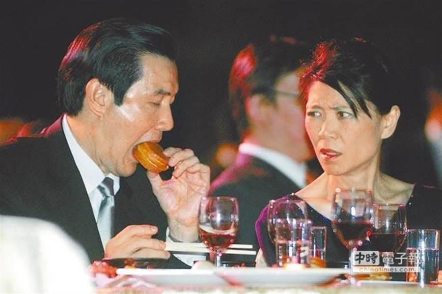 2008年時任總統的馬英九(左)與夫人周美青(右)參加國慶晚宴,拿起紅豆餅大口咬下,周美青回以白眼。(本報系資料照片)★喝酒過量,有礙健康!