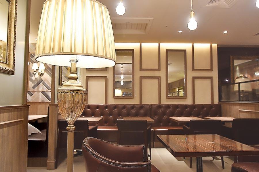 西洋式家具、立燈、溫暖黃色燈光,包覆式餐椅,以及老式皮沙發,〈星乃珈琲店〉的裝潢陳設帶著一股懷舊復古的「大正浪漫」風格。