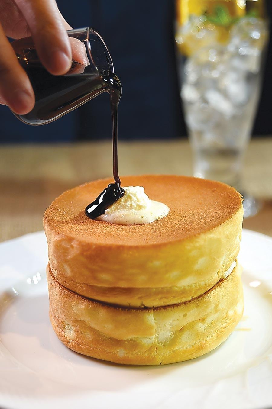 〈窯烤舒芙蕾熱蛋糕〉,高6公分、直徑約12公分,質地鬆軟輕柔,並有黑糖、楓榶與蜂蜜等三種口味選擇。圖/姚舜
