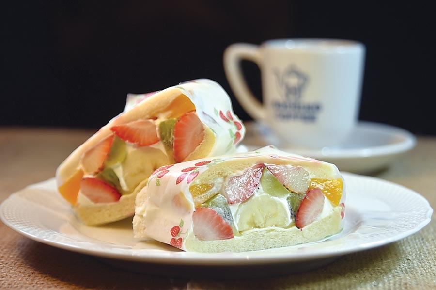 在〈星乃珈琲店〉可以點到用鮮奶油和新鮮水果入餡的〈水果三明治〉,且水果很豐富。圖/姚舜