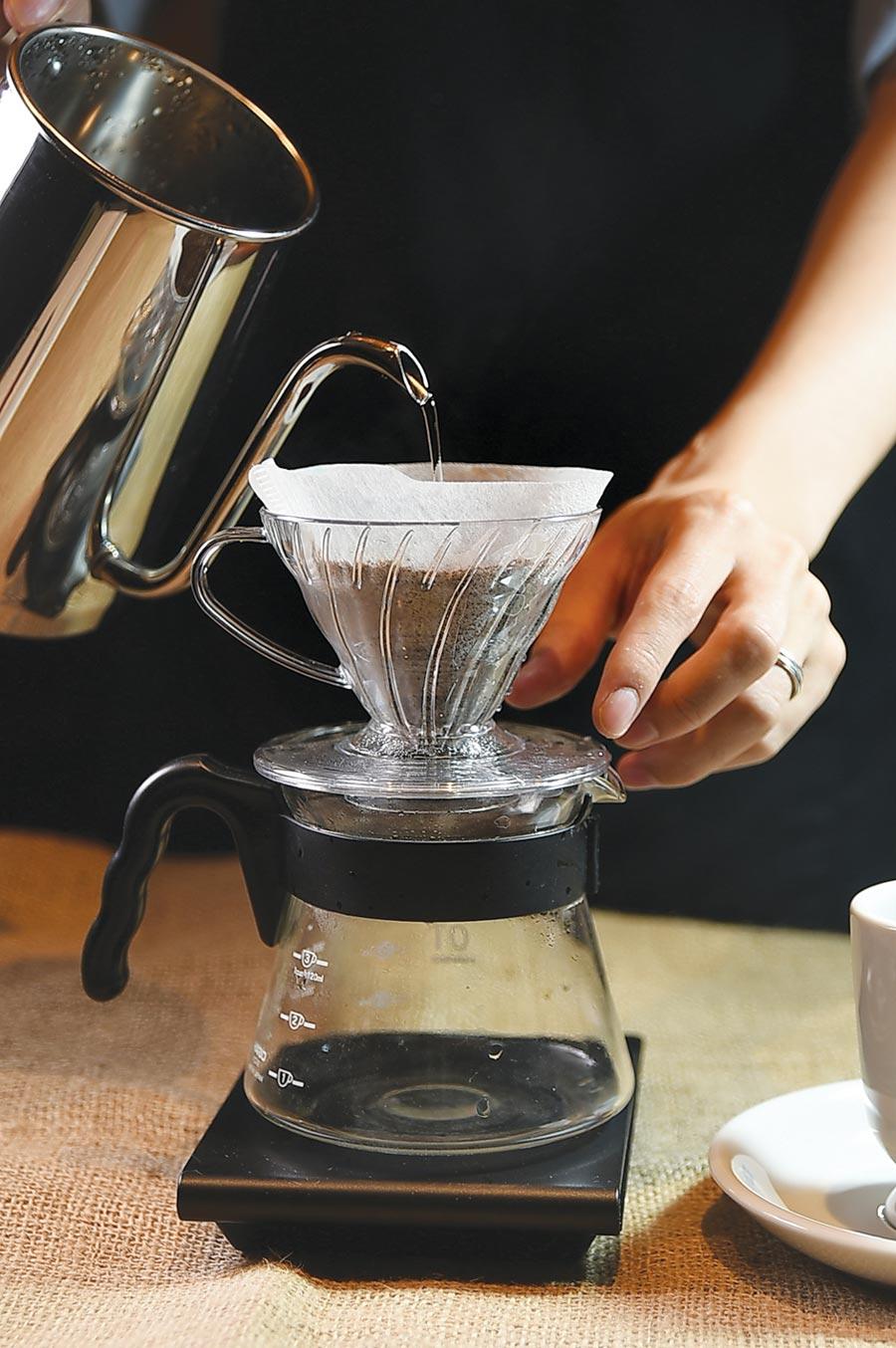 〈星乃珈琲店〉的咖啡標榜現點現磨,且杯杯手沖。圖/姚舜