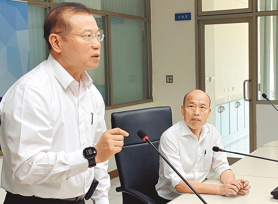 針對高雄寵物店槍擊案偵破,高雄市長韓國瑜(右)20日表揚有功人員,並肯定警察局長李永癸(左)。(柯宗緯攝)