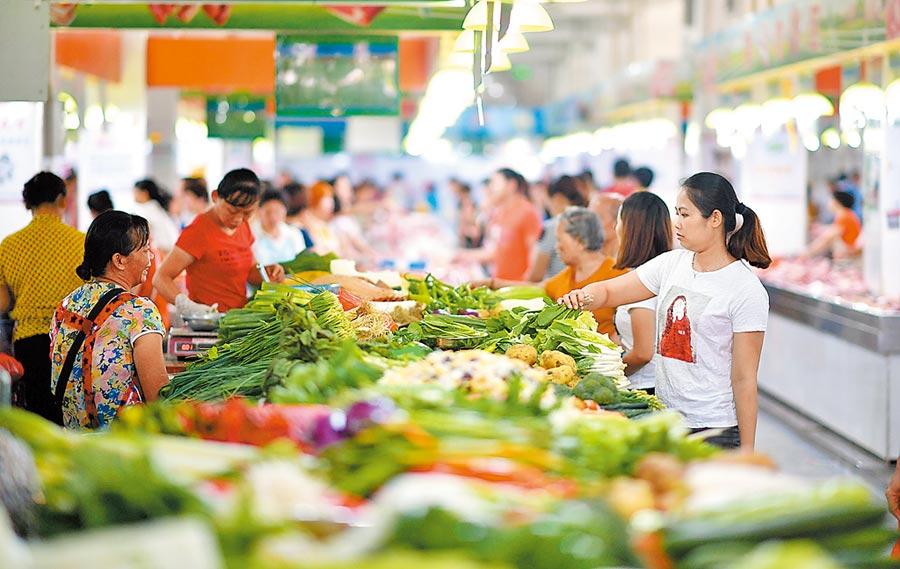 各國經濟學家警告,大陸今年經濟增速可能跌破官方預期。圖為市民在海南海口市場買菜。(新華社資料照片)