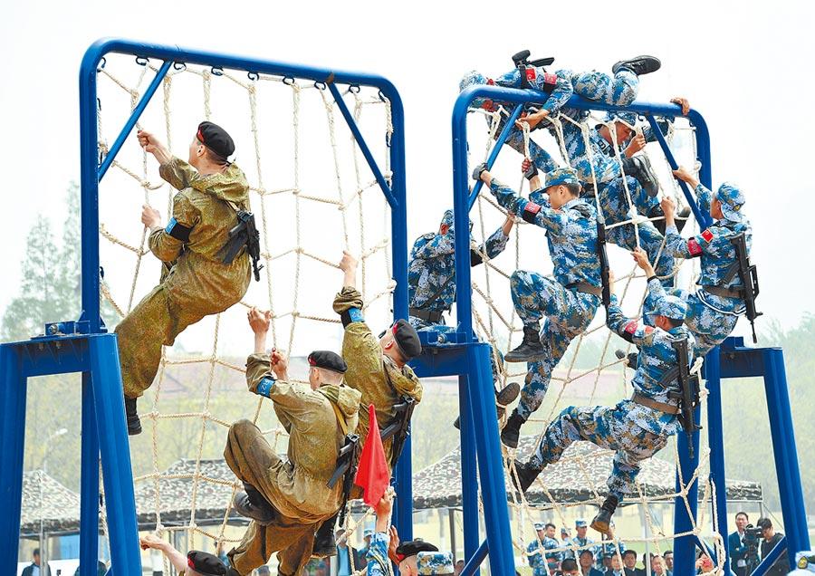 4月30日,中俄海上聯演舉行陸戰分隊軍事競賽,中俄海軍陸戰隊員在400公尺越障競賽中。(新華社)