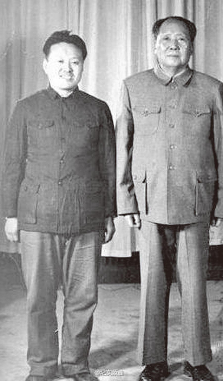 程汝明(左)與毛澤東合影。(取自微博@紀實頻道 )