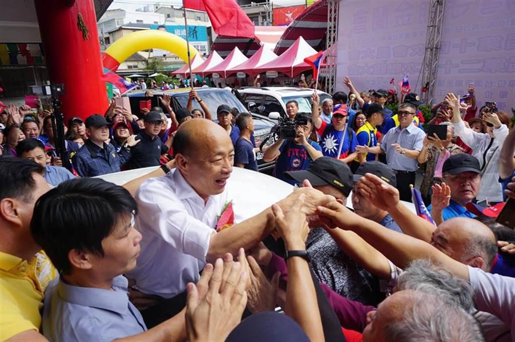 韓國瑜21日參拜清水紫雲巖,離去前受到熱情支持者包圍,民眾爭相握手,並高喊「韓總統好」。(王文吉攝)
