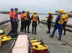 竹圍漁港漁船翻覆 1救起2失蹤