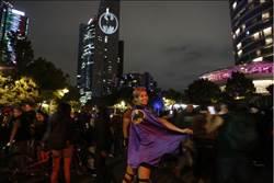 蝙蝠俠80週年 13座城市照出蝙蝠信號