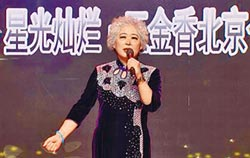 大陸K歌奶奶 開直播像開演唱會
