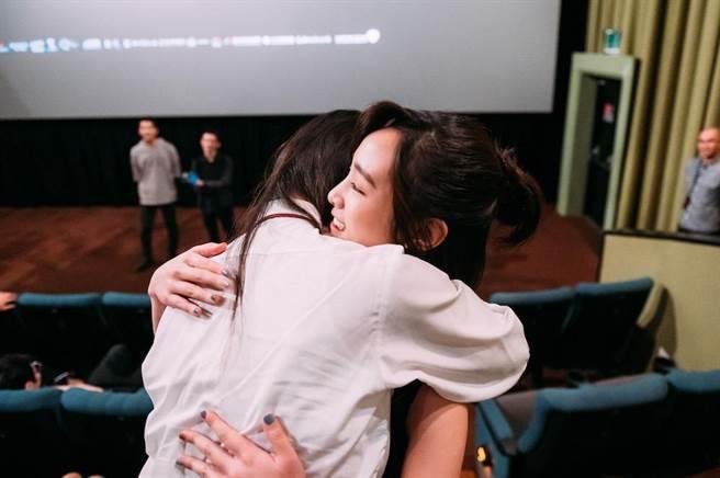 《返校》王淨與女學生熱情擁抱。(影一製作所提供)