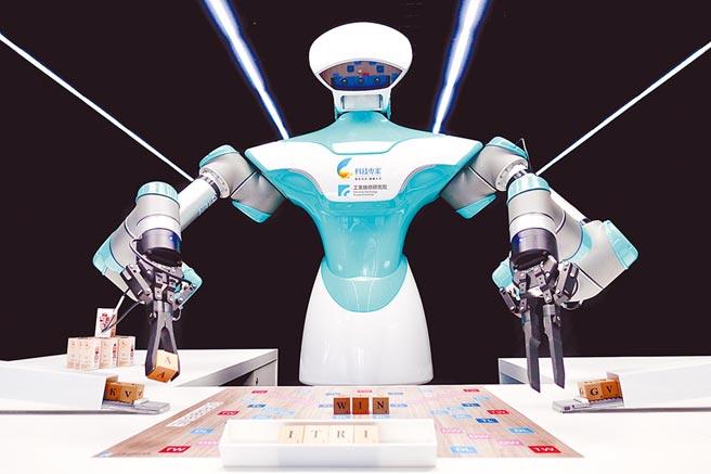 工研院智慧視覺系統機器人正在玩拼字遊戲。圖/工研院提供