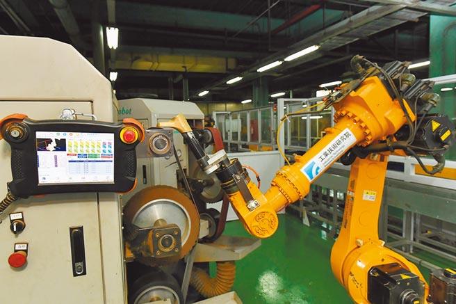 工研院第一代CPS研磨拋光技術,透過離線編程免除傳統機器人教導費時的困境,將編程時間由14天縮短到一天。圖/工研院提供