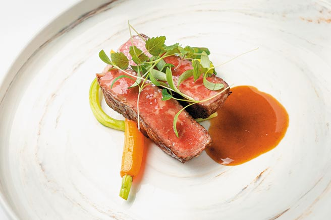 美國特級肋眼老饕牛排5oz,採用溼式熟成,半小時靜置與高溫爐烤,滋味打趴一票高級牛排館。(華國牛排館提供)