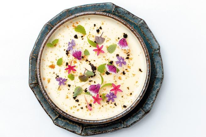 華國牛排館前菜之一,是由洋芋、烏魚子和苗葉組成,口感鬆綿,讓人印象深刻。(華國牛排館提供)