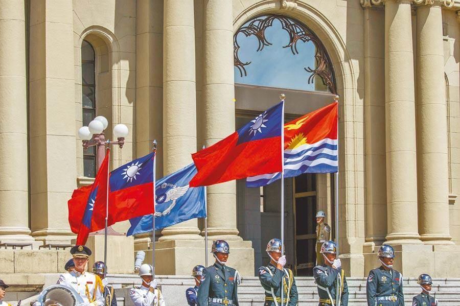 3月12日,蔡英文總統接受「吉里巴斯共和國新任駐臺特命全權大使藍黛西呈遞到任國書」,圖為歡迎儀式。(總統府提供)
