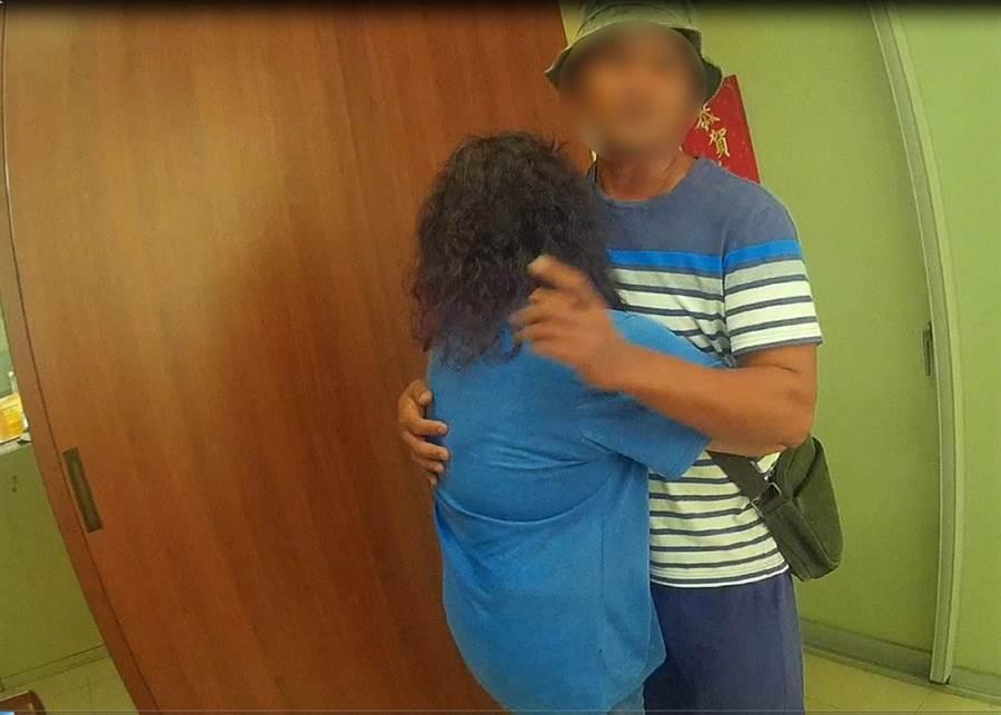 竹北分局高鐵派出所員警日前巡邏,意外促使一對闊別20餘年的母子重逢。(翻攝照片/莊旻靜新竹傳真)
