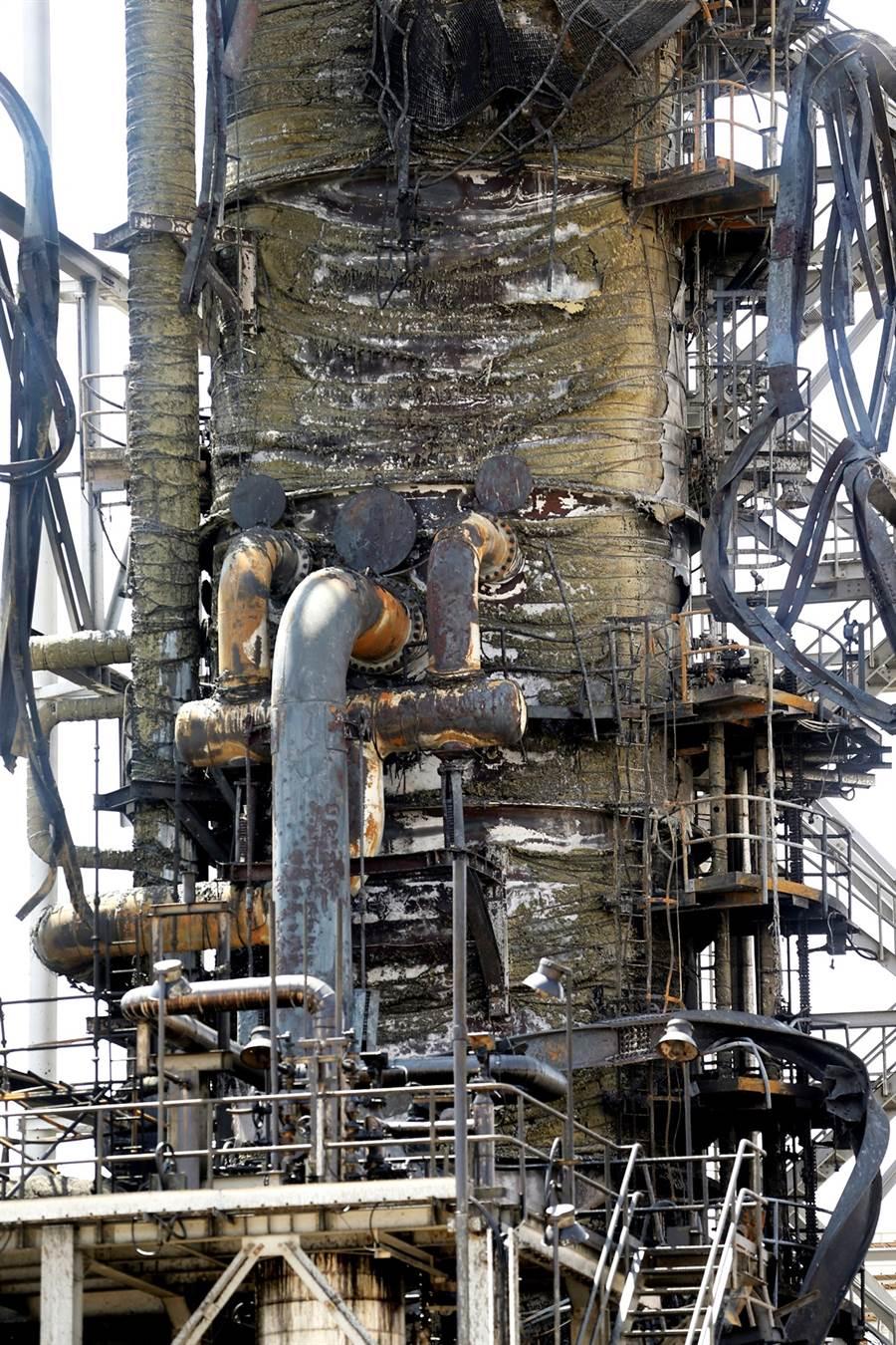 沙烏地阿拉伯阿美石油公司胡賴斯石油設施被炸後慘況。(圖/路透社)