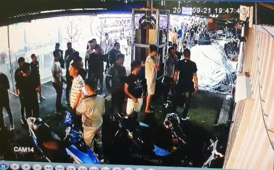 高市凱旋青年夜市昨晚驚傳上百黑衣人聚集醞釀姿勢,引起轄區警方高度關注。(翻攝照片/柯宗緯高雄傳真)
