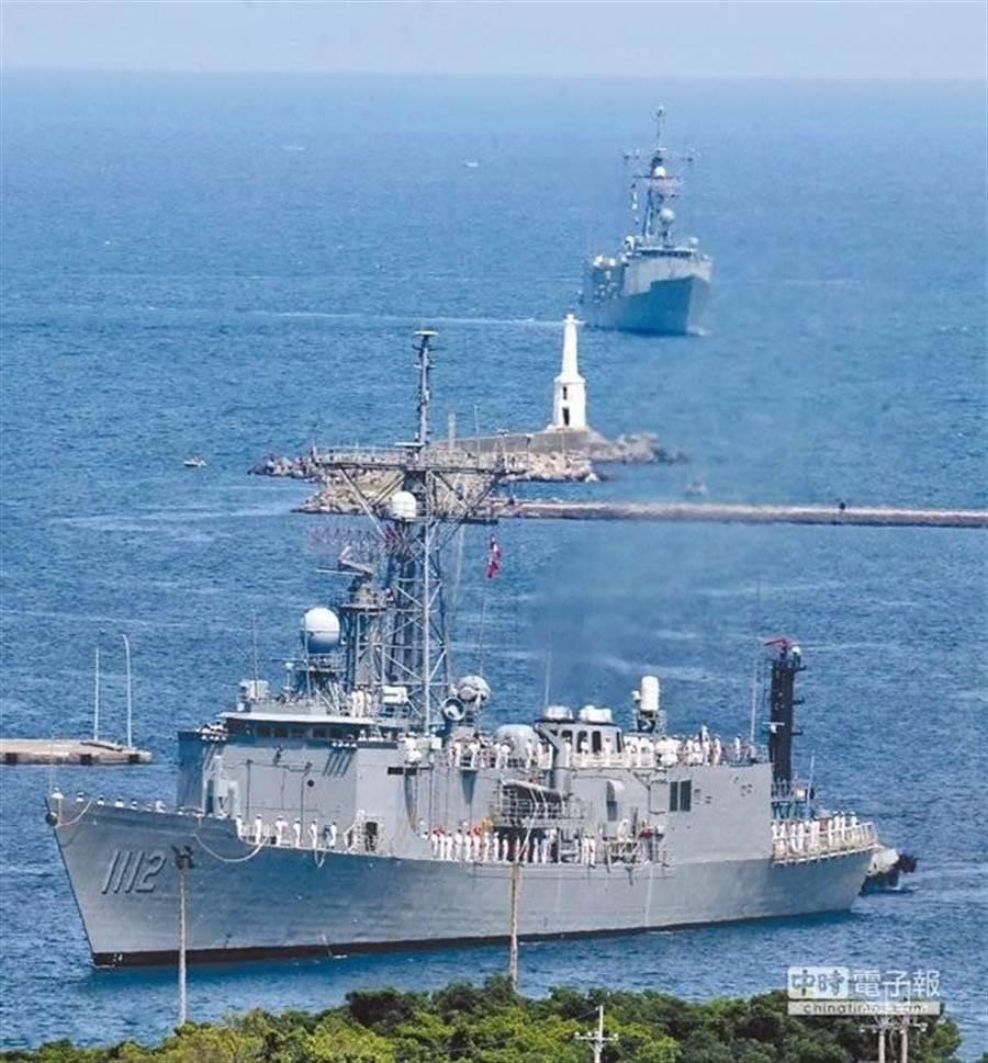 我國向美國採購的兩艘派里級巡防艦─銘傳軍艦(前)與逢甲軍艦(後) ,駛進高雄左營軍港,順利返抵國門。(呂素麗攝)