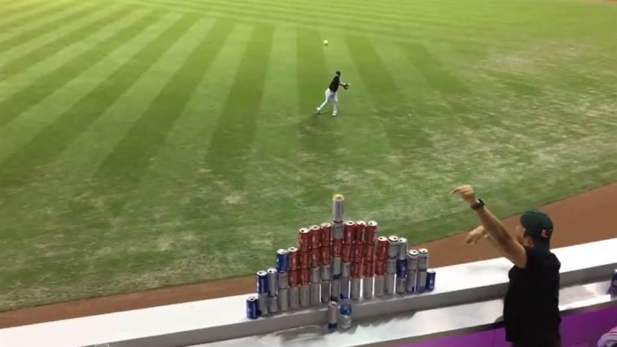 狄恩在球迷慫恿下,精準擊中外野的啤酒塔最上層的啤酒罐,讓外野球迷超吃驚。(截自大聯盟官網/鄧心瑜傳真)