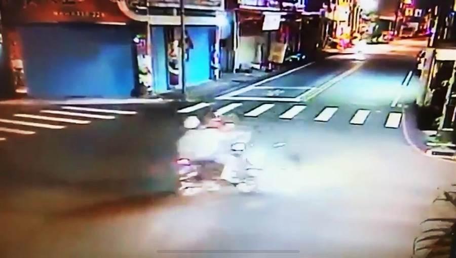 無照闖紅燈的周姓少年,於吉安中原路與德安一街路口與徐姓機車駕駛相撞,導致徐男死亡。(翻攝畫面/王昱凱花蓮傳真)