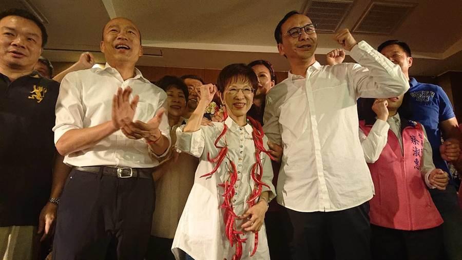 高雄市長韓國瑜(前排左二)與前新北市長朱立倫(前排右1)2人為洪秀柱(中)參選台南市立委加油。(程炳璋攝)