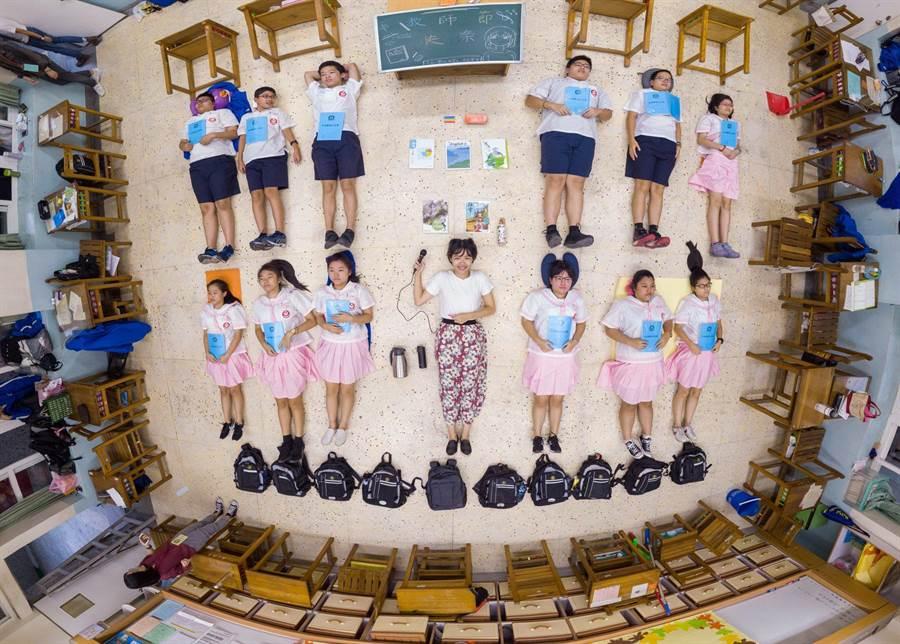 教育部找來學校師生拍攝「教育開箱照」,讓國人瞭解老師備課的辛苦。(教育部提供/林志成台北傳真)