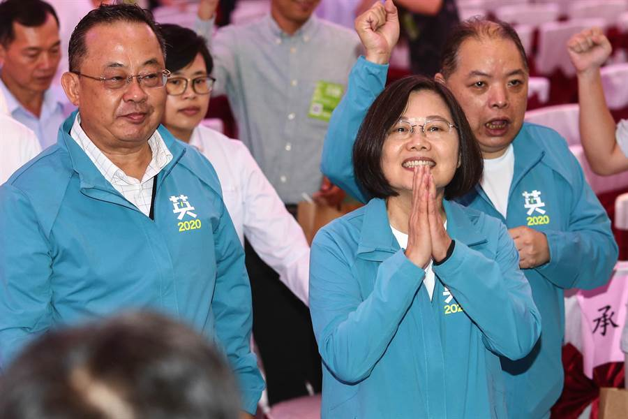 2020總統大選在即,蔡英文總統欲爭取連任,22日正式成立全國宗教後援會,蔡英文(右)出席時,臉上露出笑容回應與會者。(鄧博仁攝)