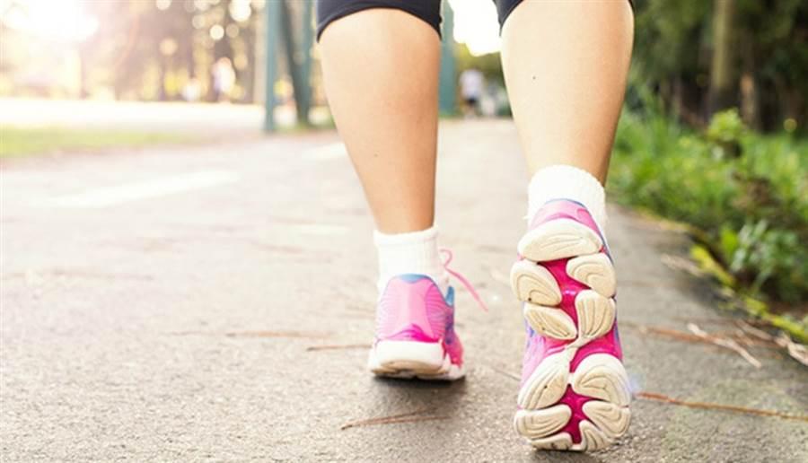 早晨走出戶外,即使簡單地散散步,明亮的光線也有助於大腦運作。(圖片來源:pixabay)