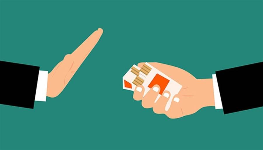 抽菸或吸入二手菸,會傷害動脈健康、助長血塊形成,長期下來破壞腎功能。(圖片來源:pixabay)v