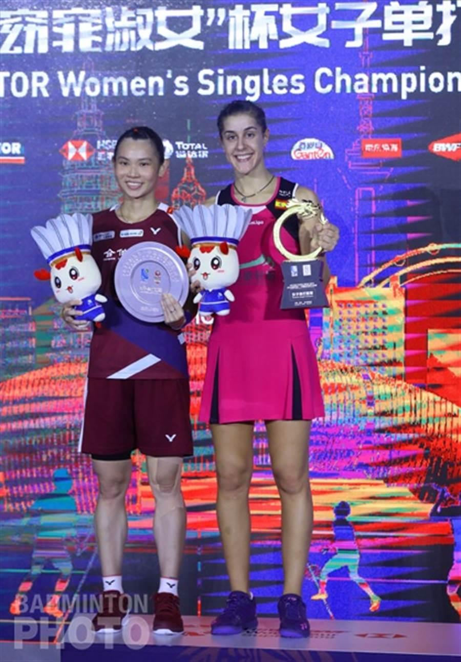 戴資穎(左)和馬琳(右)在頒獎典禮合照留念。(Badminton Photo提供/陳筱琳傳真)