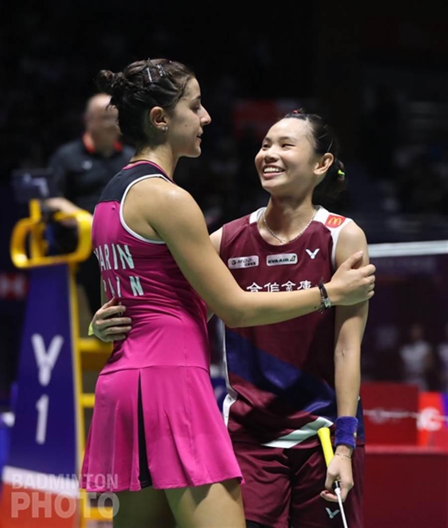 這場比賽戴資穎和馬琳都全力打出一場精采的比賽,結束時兩人在網前擁抱致意。(Bafminton Photo提供/陳筱琳傳真)